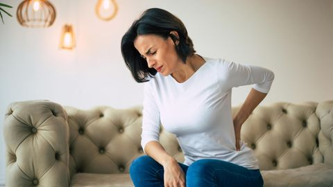 Bei Rückenschmerzen können auch Pomuskeln eine Rolle spielen
