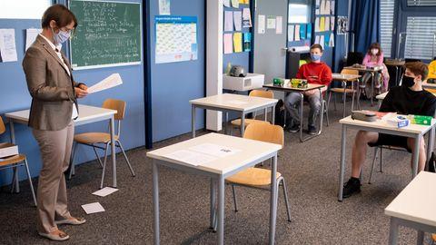 Lehrerin mit Schülerinnen und Schülern im Klassenzimmer