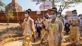 """Bagan, Myanmar. Ein seltener Anblick: Wo sich normalerweise Touristen tummeln, demonstrieren Einwohner rund um das UNESCO-Weltkulturerbe. Die Frauen und Männer tragen traditionelle Kleidung und halten Protestschilder mit den Aufschriften """"Rettet Myanmar"""" und """"Respektiert unsere Stimmen"""". Seit dem Militärputsch und der Festnahme der Regierungschefin Aung San Suu Kyi gehen Menschen im ganzen Land auf die Straße."""