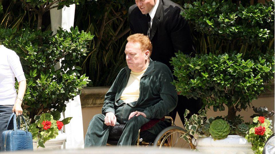 Larry Flynt sitzt in einem Rollstuhl