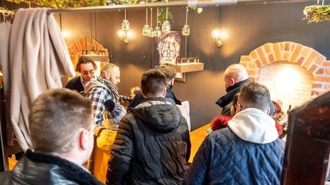 Gäste stehen in einemgeöffneten Restaurant im polnischenTorún, das sich den landesweitenCorona-Verordnungen widersetzt