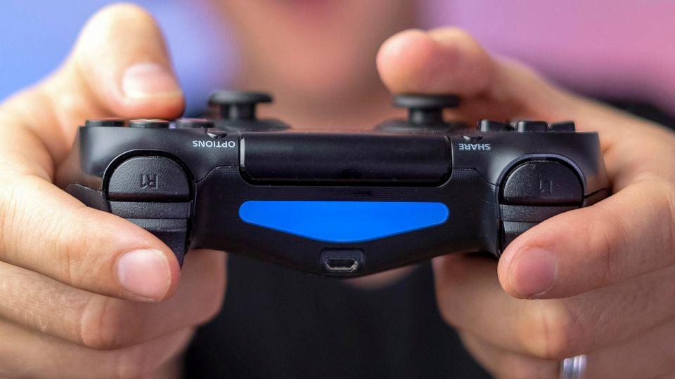 Ein Playstation-Controller (Symbolbild). In Südkorea werden Zocker neuerdings in Kino-Säle gelassen