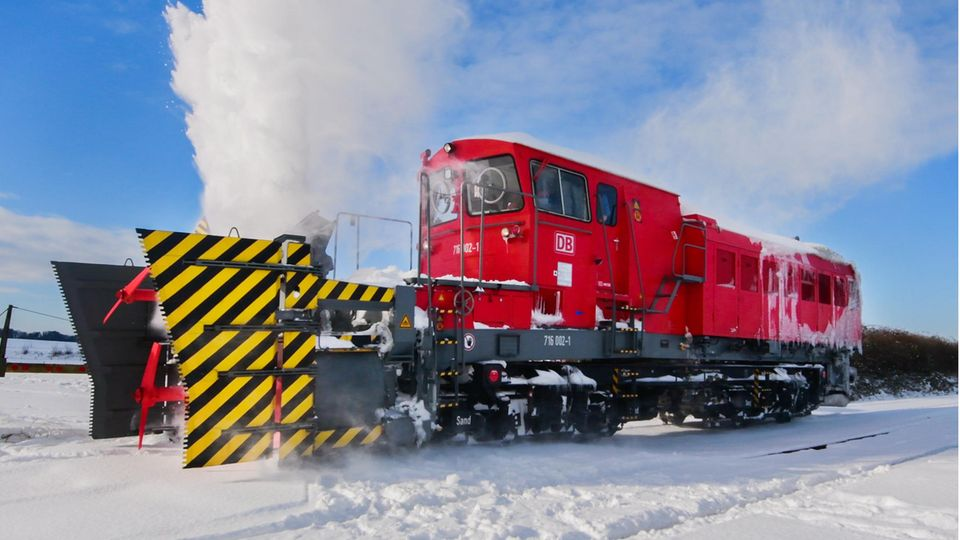 Eine Schneeschleuder der Deutschen Bahn bei der Arbeit