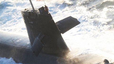 Ein seitlicher Flügel ist fast abgebrochen, der Rumpf des Boots blieb unbeschädigt.