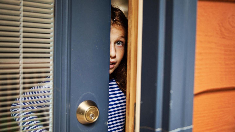 Ein Mädchen öffnet die Tür