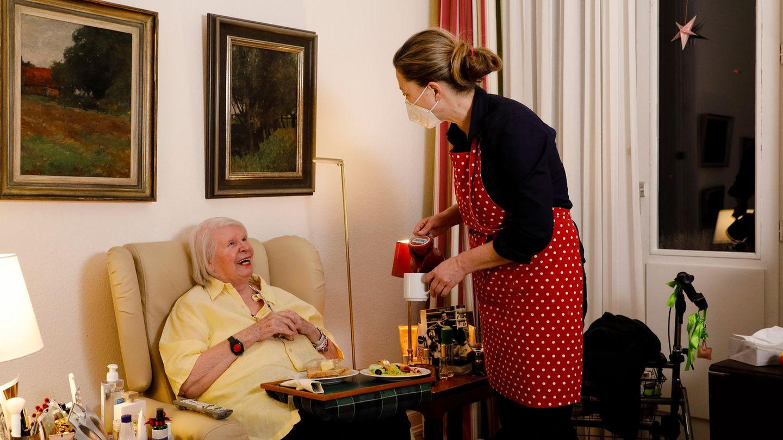 Corona bedingt muss Christel Nollen das Abendbrot in ihrem Zimmer einnehmen. Silke Burmester (r.) serviert es mit Herz und Humor.