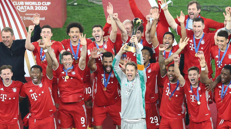 Titel Nr. 6: Kapitän Manuel Neuer stemmt den Klub-WM-Pokal in die Luft