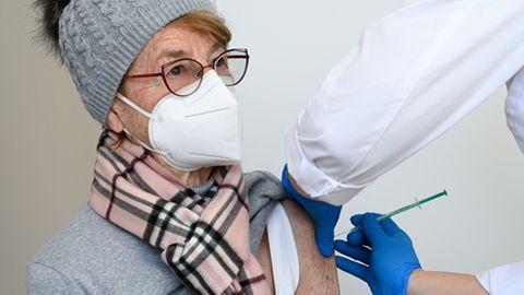 Eine Seniorin bekommt im Impfzentrum des Landkreises Kassel ihre Impfung gegen Covid-10 verabreicht