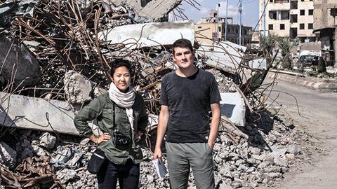 Raphael Geiger mit Fotografin Nicole Tung 2018 im syrischen Raqqa