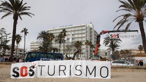 """Demonstranten halten in Palma de Mallorca ein Transparent mit der Schriftzug """"SOS Tourismus»"""""""