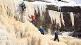 High Peak, Großbritannien. Die tiefen Temperaturenführten zu vielen kuriosen Ereignissen. In England ist zum BeispielderKinder Wasserfall gefroren. Der ist schon in nicht-gefrorenen Zustand eine Naturattraktion, jetzt haben ihn die Minusgrade in ein natürliches Kunstwerk verwandelt, daszum Kraxeln einlädt.