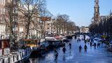 Amsterdam, Niederlande. Der Winter hat Mitteleuropa fest im Griff. In Amsterdam laufen die Leute mittlerweile Schlittschuh auf den zugefrorenen Grachten. Macht wahrscheinlich einen Riesenspaß, kommt ja nicht alle Tage vor.