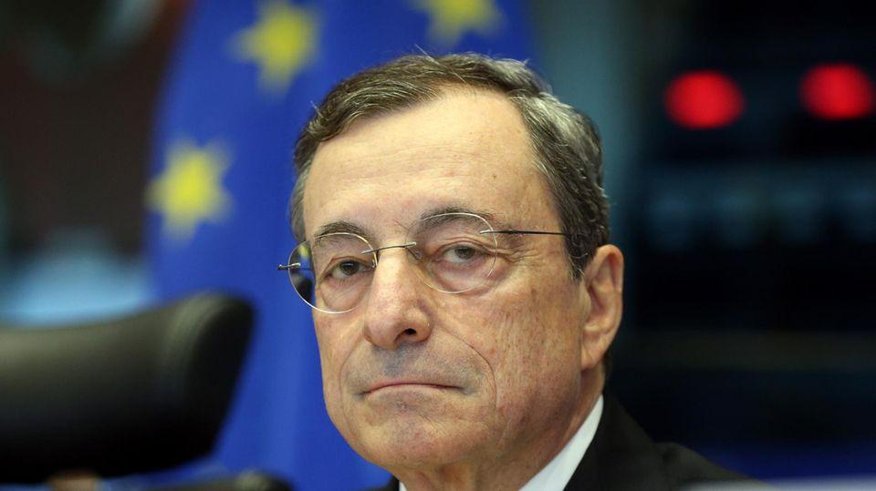 Neuer Ministerpräsident: Italien steckt in einer politischen Krise. Ausgerechnet der Banker Mario Draghi soll das Land retten