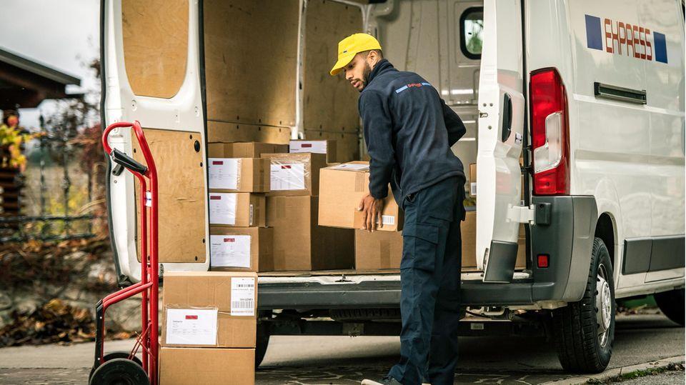 Postboten dürfen in Zukunft bei Verdacht Pakete öffnen