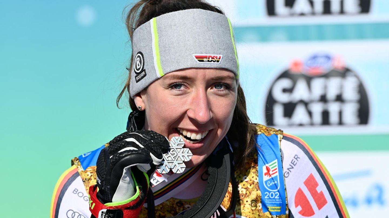 Kira Weidle zeigt überglücklich ihre Silbermedaille