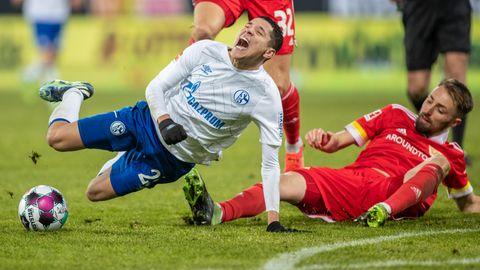 Amine Harit (l.) von Schalke 04 geht im Zweikampf mit Union Berlins Florian Hübner zu Boden