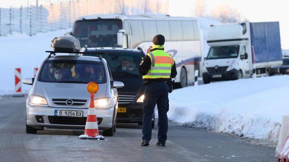 Autos und LKW aus Tschechien stehen an der Grenze zu Deutschland