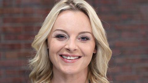 Bares für Rares Händlerin Susanne Steiger lächelt in die Kamera