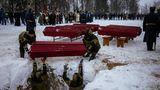 Feierliche  Beisetzung auf einem verschneiten Friedhof in Russland