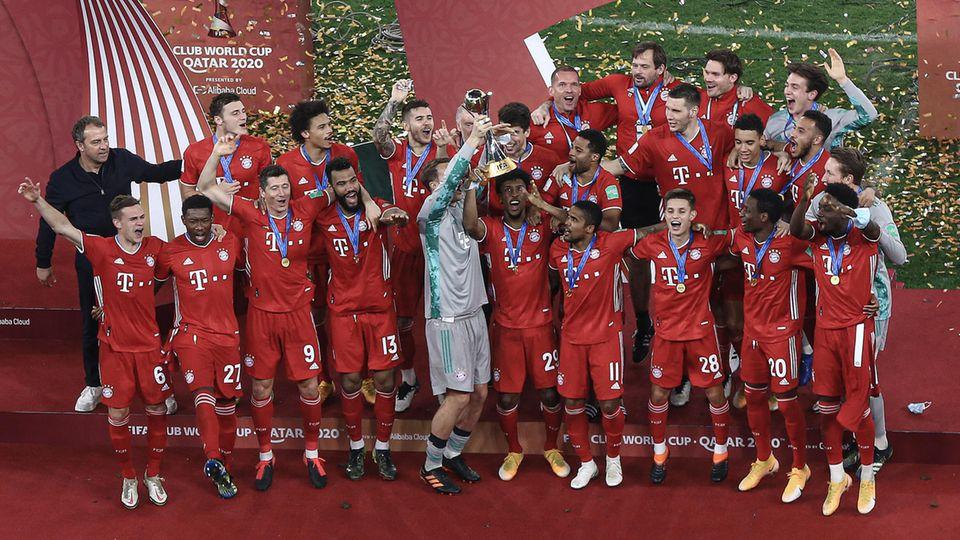 Spieler des FC Bayern München bejubeln den Gewinn der Klub-WM im Coronavirus-Risikogebiet Katar