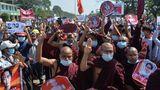 Buddhistische Mönche zeigen den Drei-Finger-Gruß