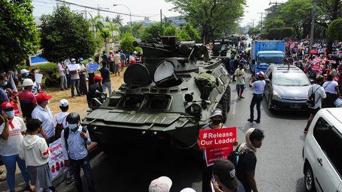 Demonstranten versammeln sich, um gegen den Militärputsch in Myanmar zu protestieren