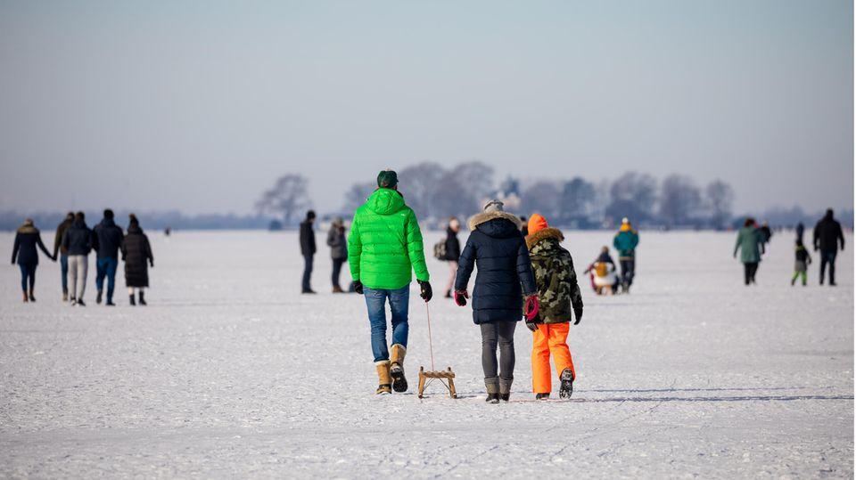 Menschen auf dem zugefrorenen Steinhuder Meer
