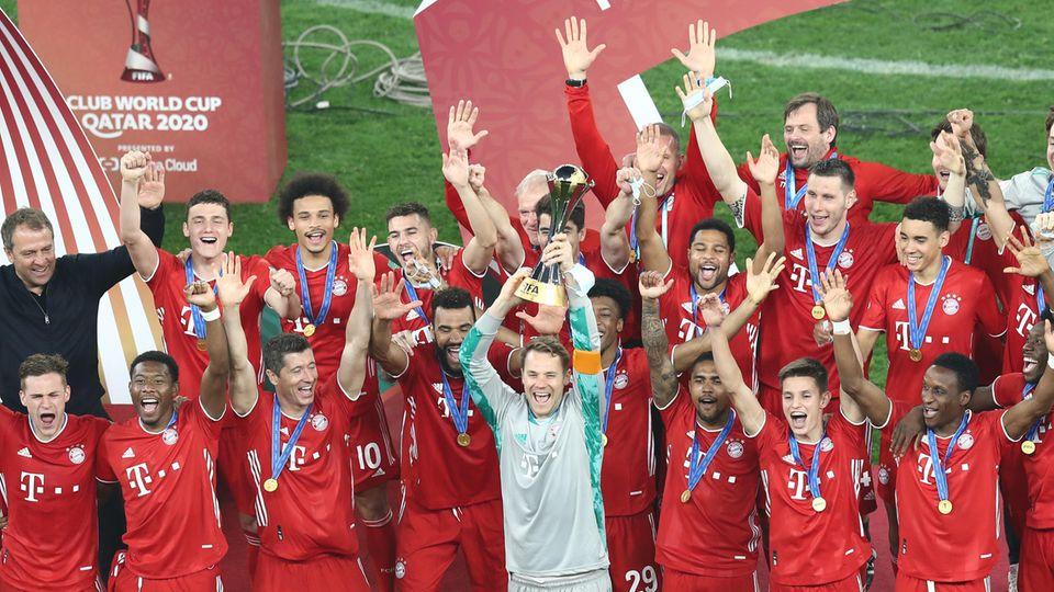 Jubelnde Bayern mit dem Weltpokal