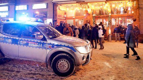 Ein Polizei-Pickup mit eingeschaltetem Blaulicht steht in einer bele