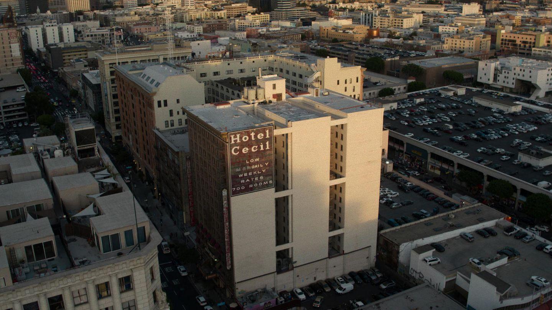 Blick von oben auf das ehemalige Cecil Hotel in Downtown Los Angeles
