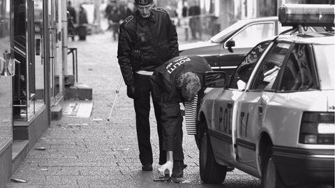 Polizisten am Tatort, wo der PolizistJesper Egtved Hansen erschossen wurde