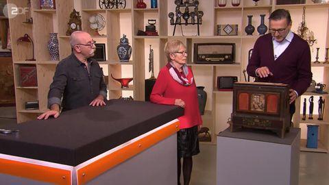 Bares für Rares Moderator Horst Lichter und Experte Detlev Kümmel sprechen mit der Verkäuferin
