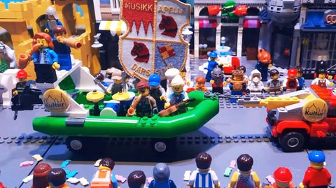 Fast wie im Original: Familie stellt Faschingsumzug mit Lego-Figuren nach