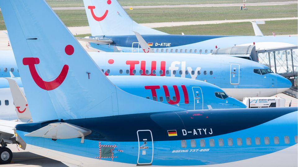 Warten auf Passagiere: Flugzeuge von Tuifly parken am Flughafen Hannover-Langenhagen