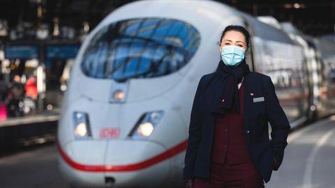 Nicole Perlinger dos Santos, ehemalige Stewardess der Lufthansa-Tochter Germanwings, istjetzt Zugbegleiterin der Deutschen Bahn.