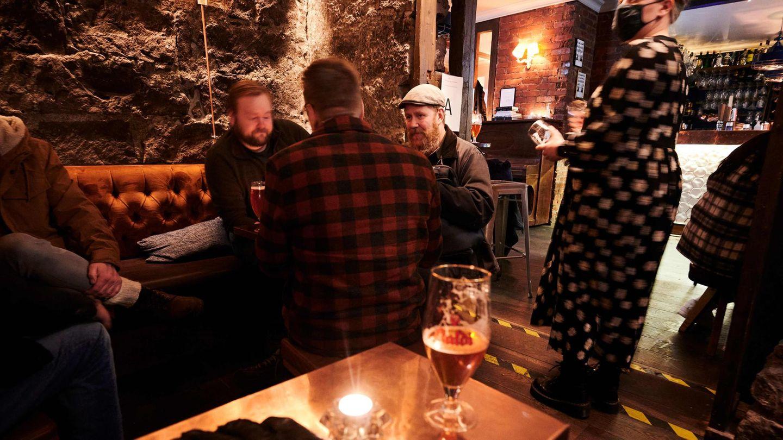Menschen sitzen in einer Bar in der isländischen HauptstadtReykjavik