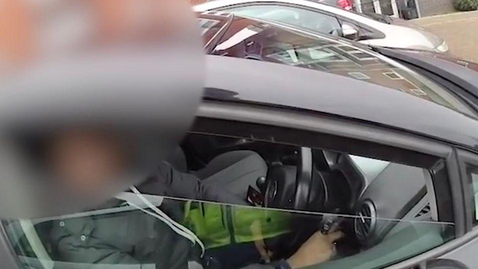 Verdächtiger gibt plötzlich Gas – Polizist wird 30 Meter mitgeschleift