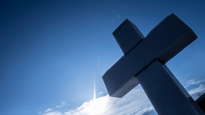 Ein Kreuz erinnert am Anschlagsort in Hanau-Kesselstadt an eines der Opfer der Anschläge im Jahr 2020.