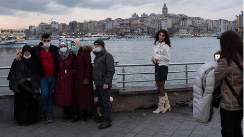 Abendszene mit Blick auf das Viertel Beyolu, das die Gegensätze Istanbuls repräsentiert: Hier liegt der Taksim-Platz, Ort vieler Demonstrationen. Und Erdoan wuchs hier auf