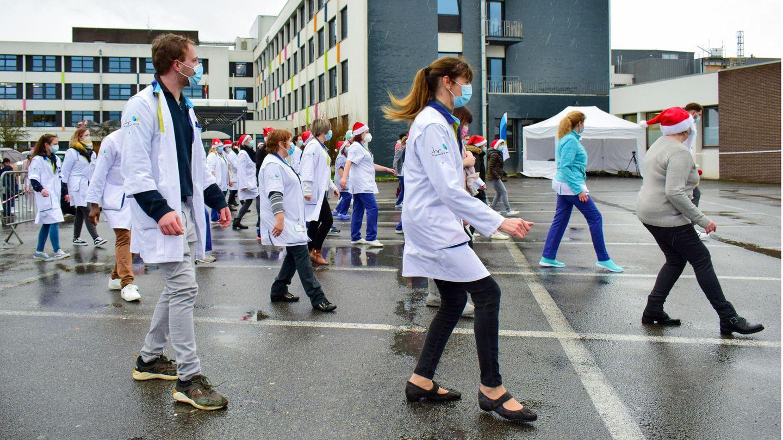 """Krankenhausmitarbeiter tanzen bei """"Jerusalema Dance Challenge"""""""