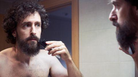 Mann trimmt seinen Bart