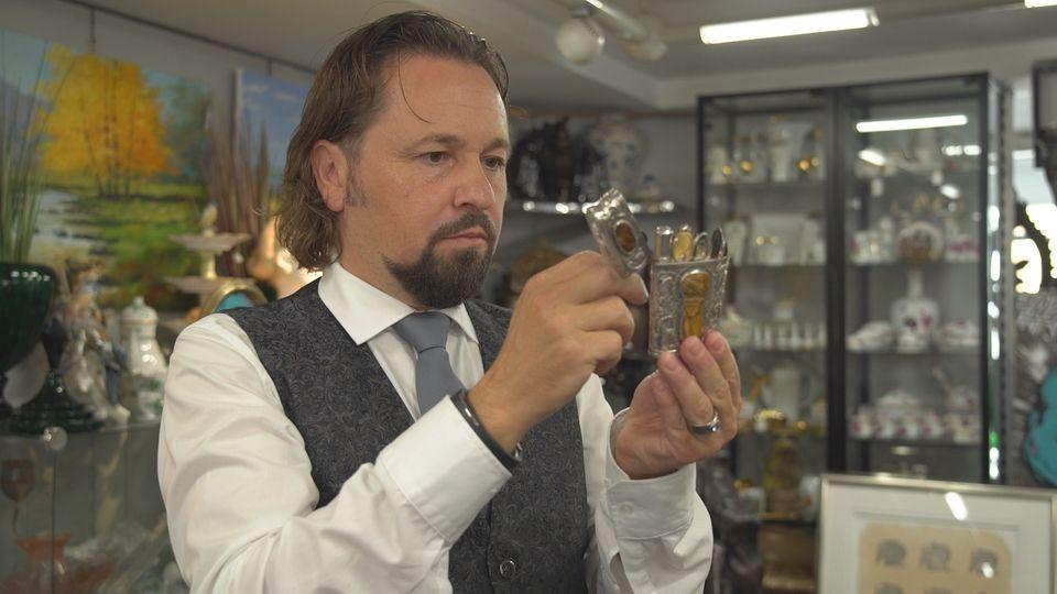 Bares für Rares Händler Wolfgang Pauritsch hält die Bodenplatte der kaputten Fasanen-Bronze in der Hand