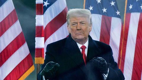 Donald Trump ballt die Fäuste vor US-Flaggen