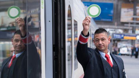 Ein Zugchef der Deutschen Bahn