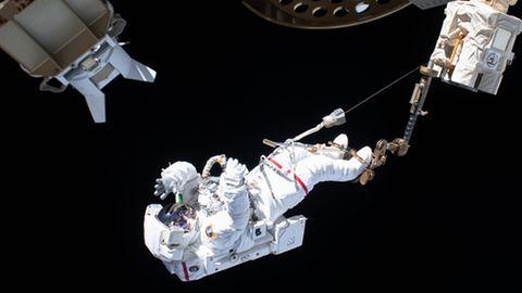 Der ESA-Astronaut Luca Parmitano ist bei einem Außeneinsatz an der Internationalen Raumstation ISS über den Roboterarm Canadarm2 gesichert