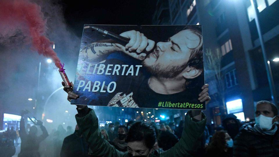 Freiheit fürPablo Hasél fordern Demonstranten bei einer Kundgebung am Dienstagabend in der katalanischen Metropole Barcelona, es kam auch zu Gewaltausbrüchen während der Demonstration