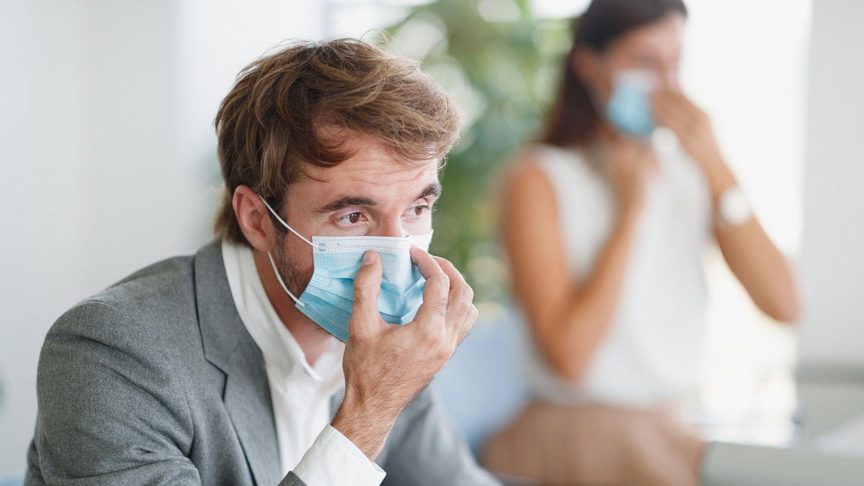 Ein Maskenhalter fixiert den Mundschutz