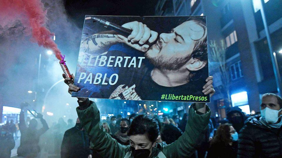 """""""Freitheit für Pablo"""" fordern Demonstranten am 16. Februar 2021 in Barcelona"""