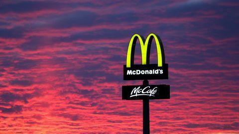 Der Abendhimmel leuchtet hinter einem McDonalds-Schild