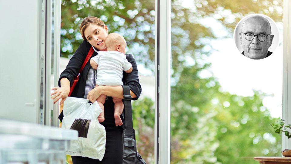 Frau in Business-Kleidung mit Baby auf dem Arm
